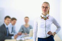 Портрет молодой женщины работая на офисе стоя с папкой Стоковое Фото