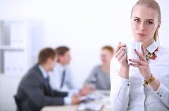 Портрет молодой женщины работая на положении офиса 15 детенышей женщины Стоковое Изображение RF