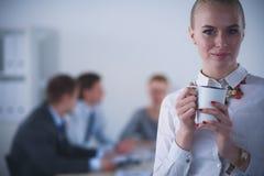 Портрет молодой женщины работая на положении офиса 15 детенышей женщины Стоковое Изображение