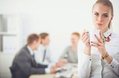 Портрет молодой женщины работая на положении офиса 15 детенышей женщины Стоковые Изображения