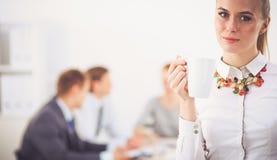 Портрет молодой женщины работая на положении офиса 15 детенышей женщины Стоковые Фото