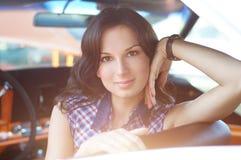 Портрет молодой женщины сидя в автомобиле Стоковое Изображение RF