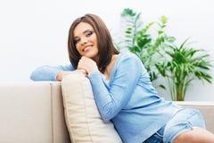Портрет молодой женщины сидя на кресле Стоковые Фото