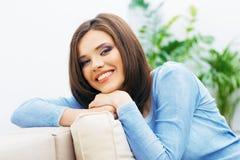 Портрет молодой женщины сидя на кресле Стоковое Фото