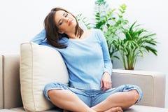Портрет молодой женщины сидя на кресле Стоковая Фотография RF