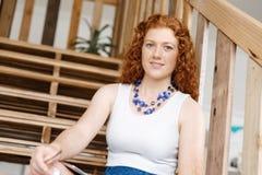 Портрет молодой женщины сидя на лестницах в офисе Стоковая Фотография RF