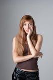 Портрет молодой женщины смотрит сотрястенным Стоковая Фотография