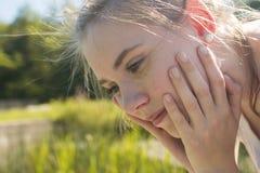 Портрет молодой женщины смотря заботливый стоковое изображение rf