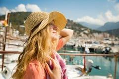 Портрет молодой женщины со светлым вьющиеся волосы в соломенной шляпе стоковая фотография rf