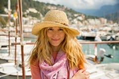 Портрет молодой женщины со светлым вьющиеся волосы в соломенной шляпе стоковые изображения