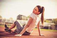 Портрет молодой женщины спорта снаружи Стоковая Фотография RF