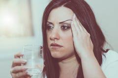 Портрет молодой женщины с головной болью Стоковое Изображение