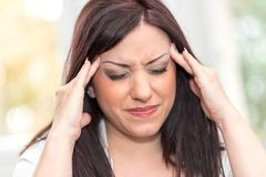 Портрет молодой женщины с головной болью Стоковое Изображение RF