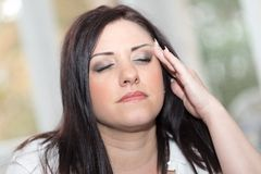 Портрет молодой женщины с головной болью Стоковое фото RF