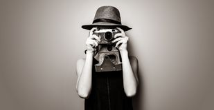 Портрет молодой женщины с камерой стоковые изображения