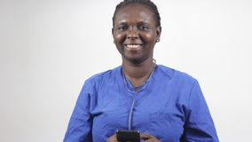Портрет молодой женщины с мобильным телефоном, усмехаясь акции видеоматериалы