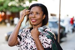 Портрет молодой женщины с сумкой на плече стоковое изображение rf