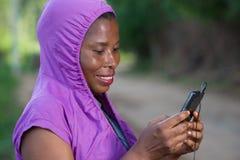Портрет молодой женщины с телефоном стоковые изображения