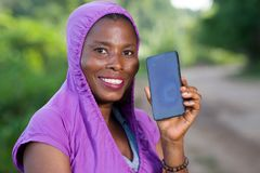 Портрет молодой женщины с телефоном стоковая фотография rf