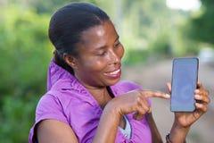 Портрет молодой женщины с телефоном стоковое фото