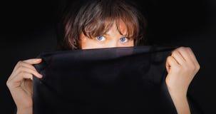 Портрет молодой женщины с черной тканью стоковое изображение rf