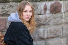 Портрет молодой женщины усмехаясь и смотря камеру стоковое фото