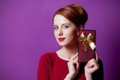 Портрет молодой женщины redhead с подарочной коробкой Стоковое Фото