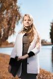 Портрет молодой красивейшей девушки подросток стоит с ноутбуком на природе около озера тонизировано Вертикальная рамка стоковые изображения rf