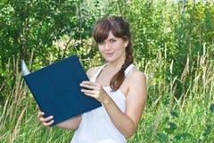 Портрет молодой красивейшей девушки с книгой Стоковые Фото