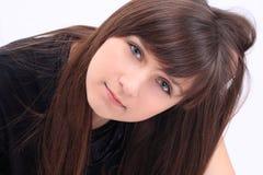 Портрет молодой, красивейшей женщины, белой предпосылки Стоковое Изображение RF