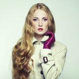 Портрет молодой красивейшей женщины в пурпуровых перчатках Стоковые Фото