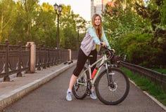 Портрет молодой красивой белокурой девушки с велосипедом Стоковая Фотография RF