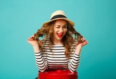 Портрет молодой красивой белокурой женщины в шляпе с flirting exp Стоковая Фотография