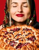 Портрет молодой красивой блондинкы в головном платке держа очень вкусный домодельный пирог ягоды стоковые изображения