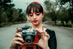 Портрет молодой красивой девушки в винтажных одеждах с ретро камерой стоковые изображения rf