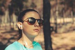 Портрет молодой красивой девушки на открытом воздухе стоковое фото rf