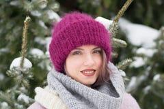 Портрет молодой красивой девушки outdoors в зиме Стоковые Фотографии RF