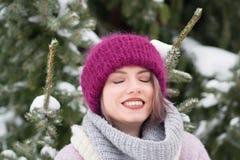 Портрет молодой красивой девушки outdoors в зиме Стоковые Фото