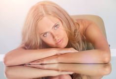 Портрет молодой красивой женщины брюнет сидя на плате зеркала Стоковое Изображение RF