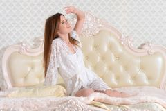 Портрет молодой красивой женщины будя в кровати дома стоковые фото