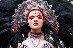 Портрет молодой красивой женщины в творческом взгляде Стиль масленицы и танцев стоковое фото