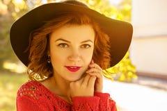 Портрет молодой красивой женщины в шляпе на солнечный день осени стоковая фотография