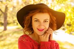 Портрет молодой красивой женщины в шляпе на солнечный день осени стоковые изображения