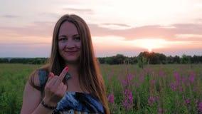 Портрет молодой красивой женщины на заходе солнца, показывая средний палец сток-видео