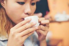Портрет молодой красивой женщины сидя в кафе выпивая ho Стоковая Фотография