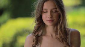Портрет молодой красивой женщины смотря камеру видеоматериал