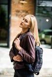 Портрет молодой красивой счастливой усмехаясь дамы идя на улицу, держа сумку Стоковое Изображение