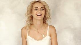 Портрет молодой красивой усмехаясь женщины, замедленное движение сток-видео
