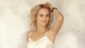 Портрет молодой красивой усмехаясь женщины, замедленное движение видеоматериал