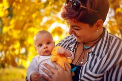 Портрет молодой матери и ребёнок в осени паркуют стоковое изображение rf